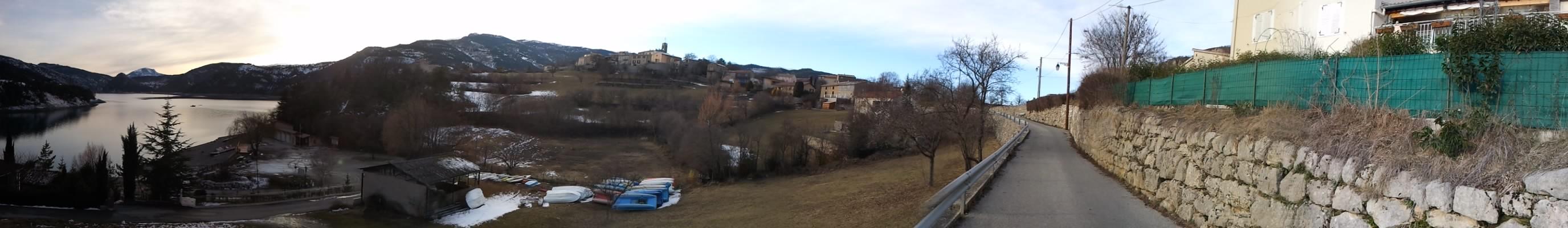 Village fleuri de Provence.