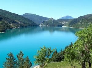 Saint Julien posé sur le lac