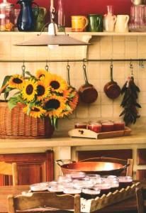La cuisine a gardé sa vaisselle de faïence, ses casseroles de cuivre et ses carreaux couleur soleil