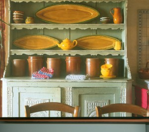 Une belle collection de poteries utilitaires vous met en appétit.