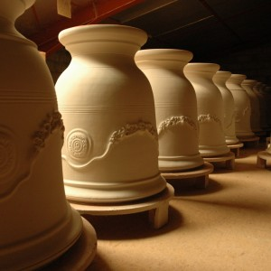 Vases d'Anduze au séchage, affichent fièrement leurs élégantes guirlandes de fleurs.