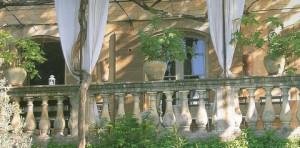 Bordée d'une balustre la terrasse invite ses hôtes à goûter les premiers rayons du soleil