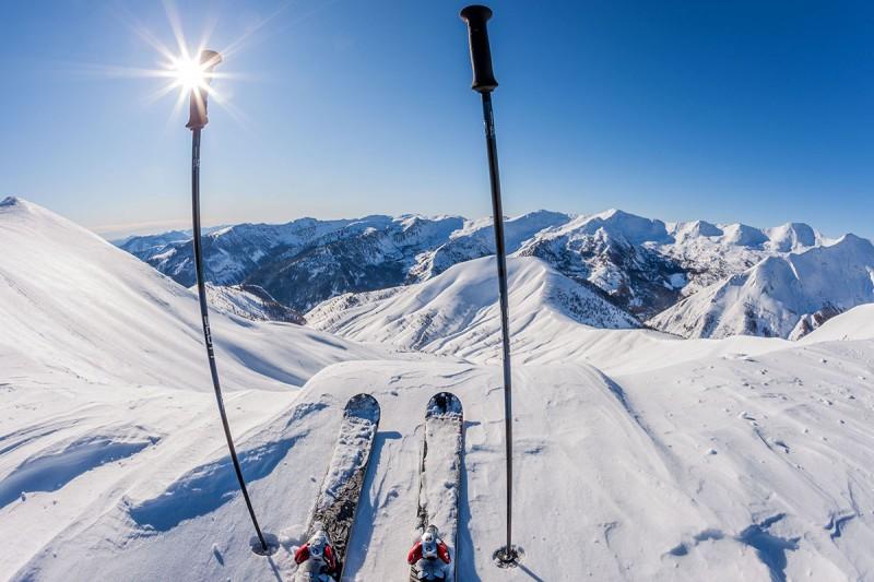 Skier au soleil pour une glisse détendue